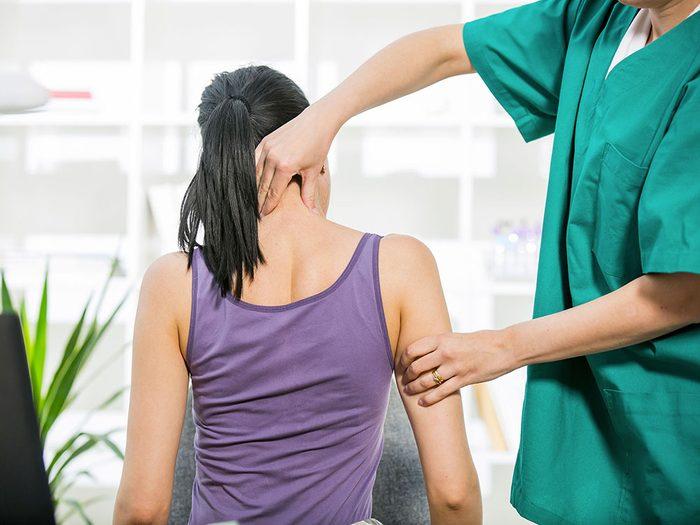 Un cou coincé, une tension dans les mâchoires ou une blessure peuvent aggraver un acouphène.