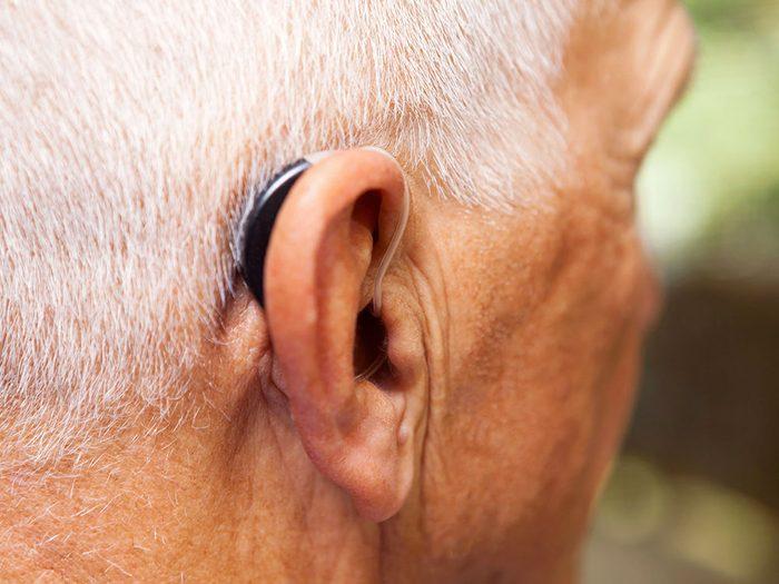 Les prothèses auditives pour mieux contrer l'acouphène.