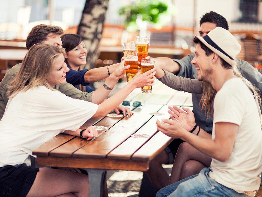 Éviter de boire seul pour réduire sa consommation d'alcool.