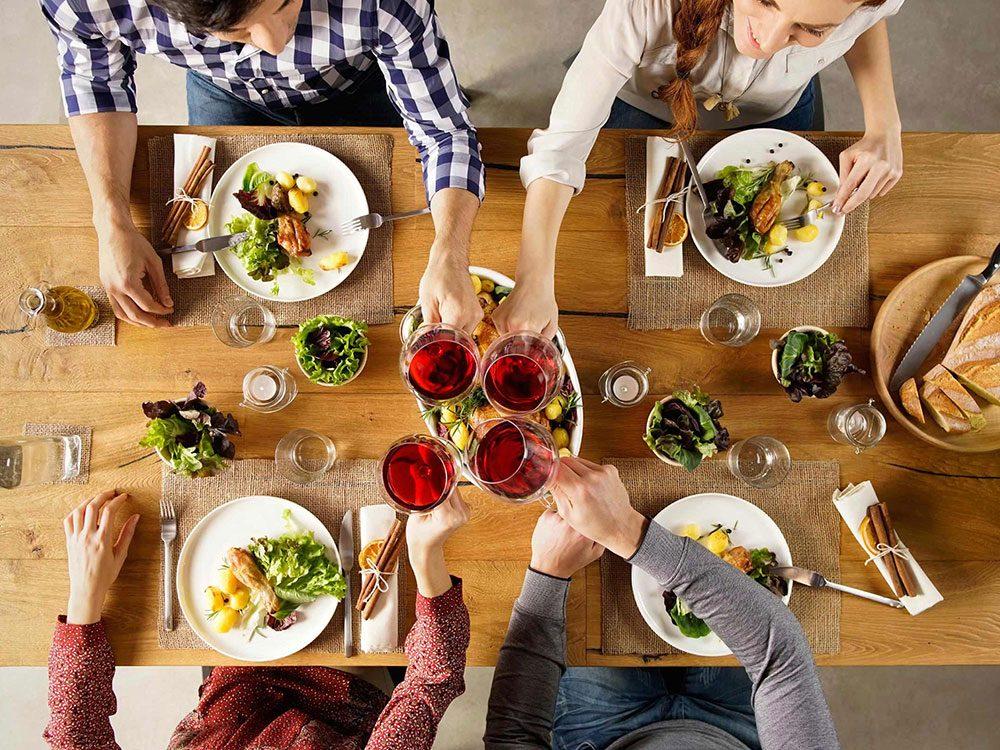 Ne jamais laisser la bouteille de vin sur la table pour réduire sa consommation d'alcool.