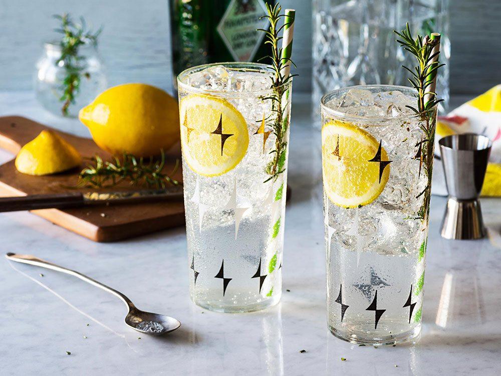 Essayer l'eau gazeuse pour réduire sa consommation d'alcool.