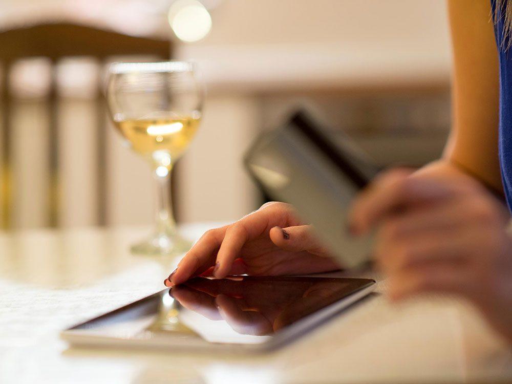 Établir un registre de ses dépenses pour réduire sa consommation d'alcool.