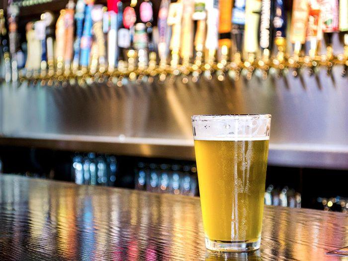 Passer plus de temps dans les cafés (et moins dans les bars) pour réduire sa consommation d'alcool.