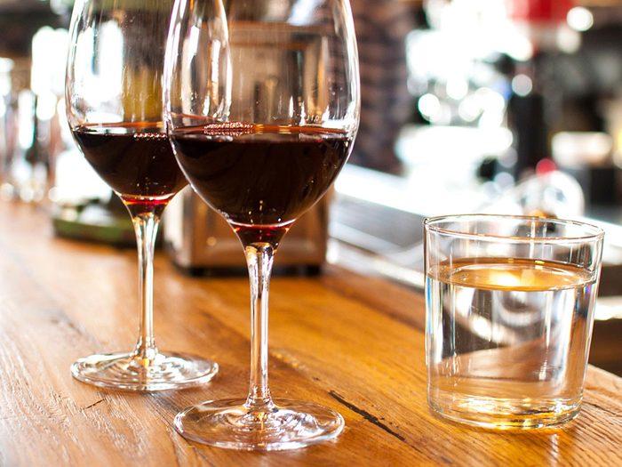 Boire de l'eau pour limiter sa consommation d'alcool.