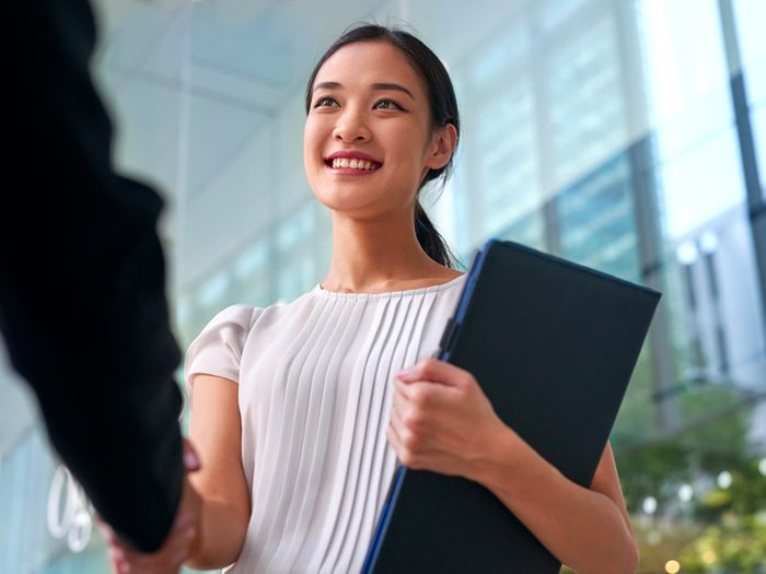 À la fin d'une entrevue d'embauche, prenez-le temps de dire merci à votre interlocuteur et de le regarder dans les yeux.