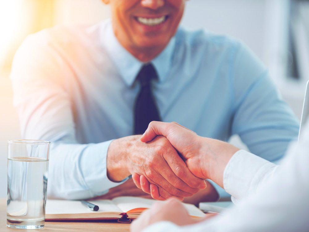 """Utilisez les mots """"persévérant"""" et """"curieux"""" lors d'une entrevue d'embauche."""