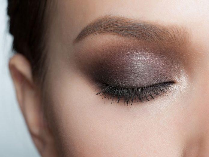 N'utiliser qu'une teinte pour un œil charbonneux est une erreur.
