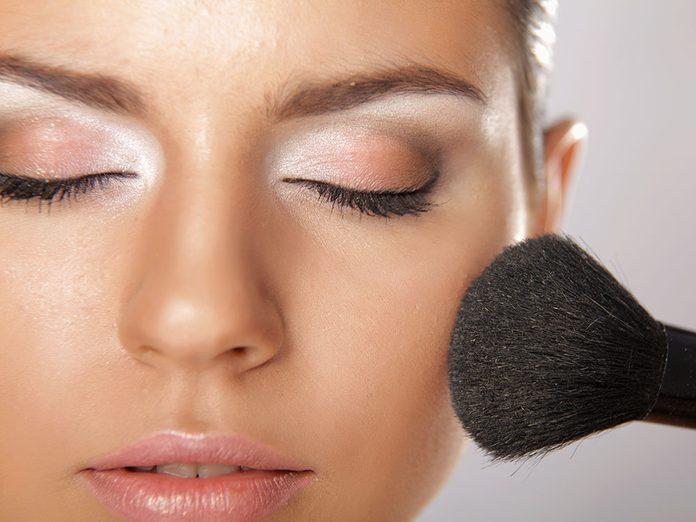 Éviter les erreurs de maquillage en mettant de la poudre.