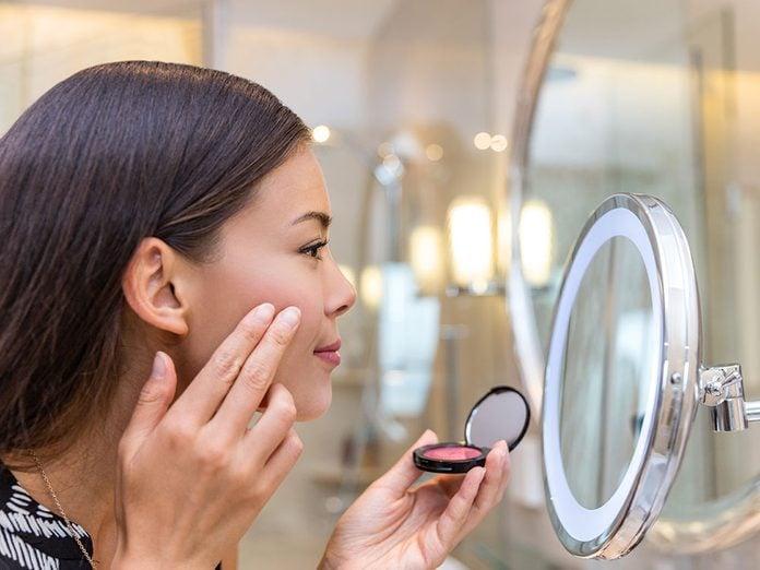 Une erreur maquillage à éviter: vous vous maquillez avec les doigts.