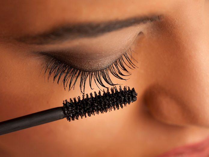 Utiliser un vieux mascara est une erreur de maquillage qu'il vaut mieux éviter.