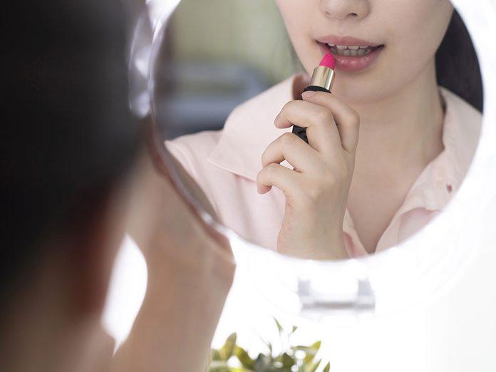 Ne pas exfolier pas ses lèvres est une erreur à éviter.