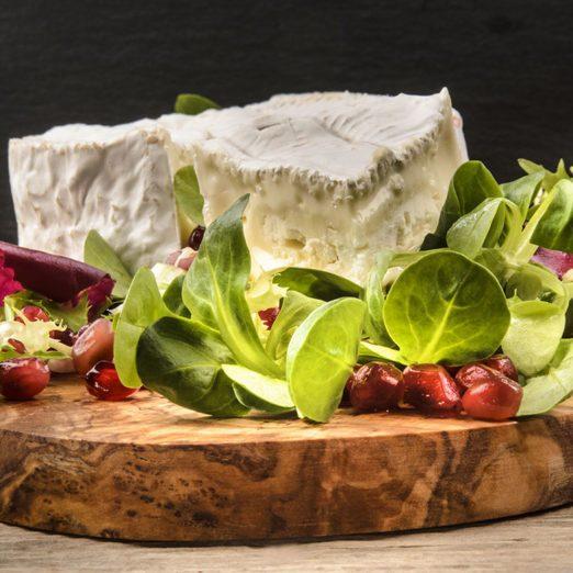Mesclun au camembert grillé et aux canneberges