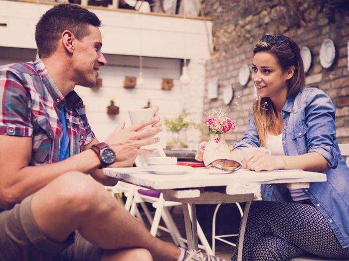 Pour séduire, ouvrez-vous aux autres et osez parler de vous pour faire de nouvelles rencontres.