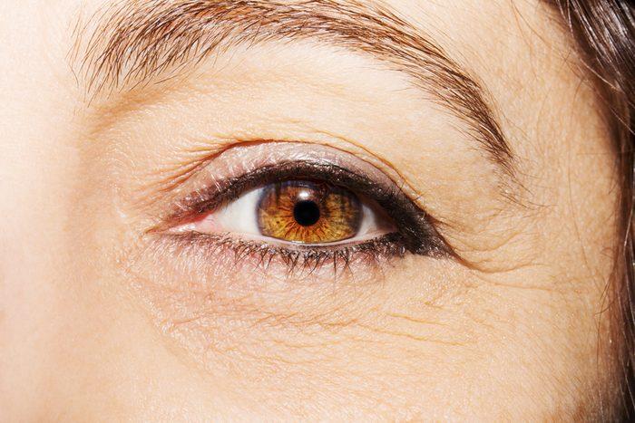 Sublimer ses yeux pour paraître plus jeune.