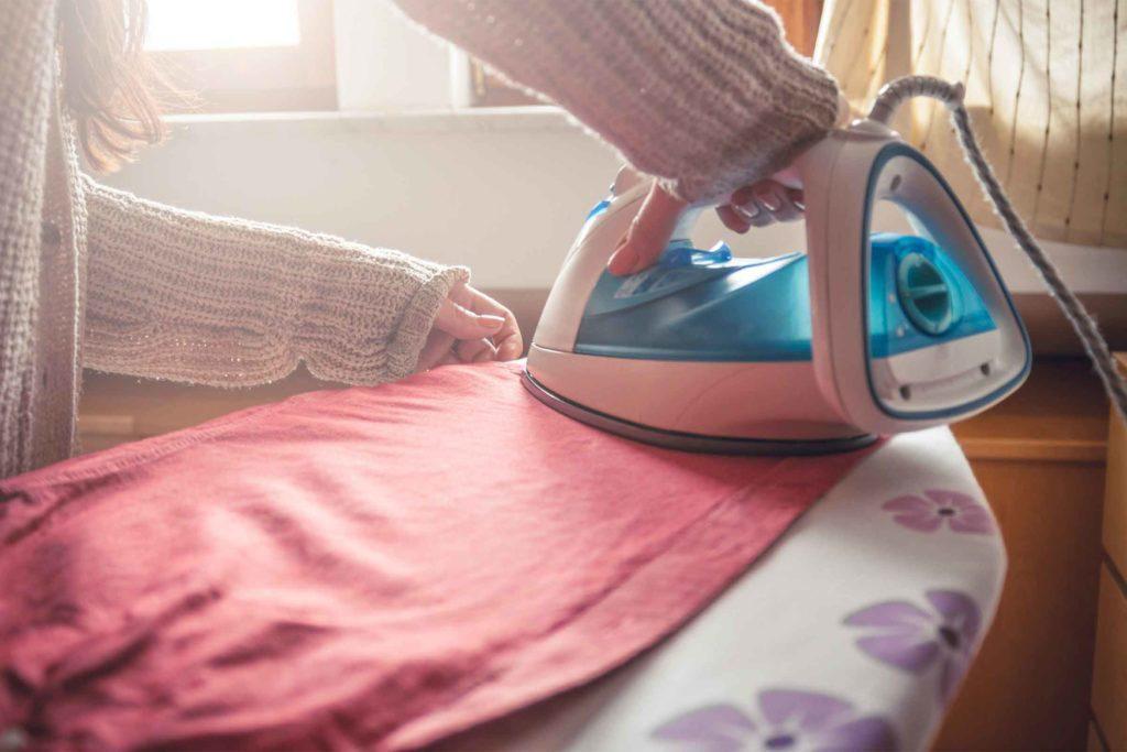 Quoi faire quand tout va mal: repassez des vêtements en écoutant un podcast ou votre musique préférée