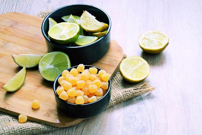 Pour combattre la toux, sucez un bonbon au citron.