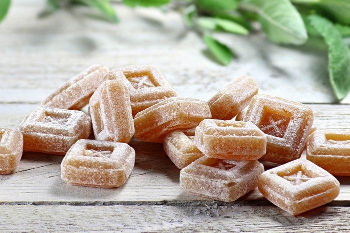 En cas de toux, sucez un bonbon au marrube.