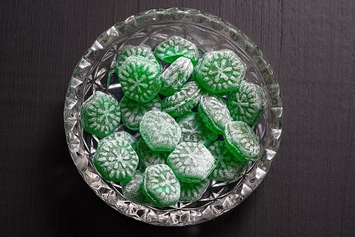 En cas de toux, un bonbon à la menthe peut soulager la gorge.