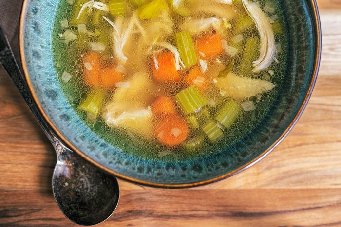En as de toux, buvez une soupe à base de bouillon de poulet.