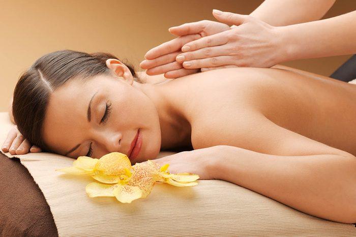 Remède contre la toux : massage du dos pour dégager les bronches.