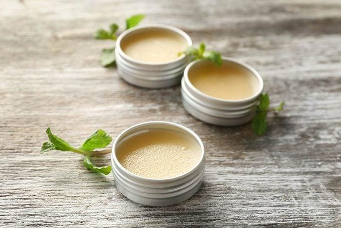 Remède contre la toux : onguent à frictionner à base de menthe.