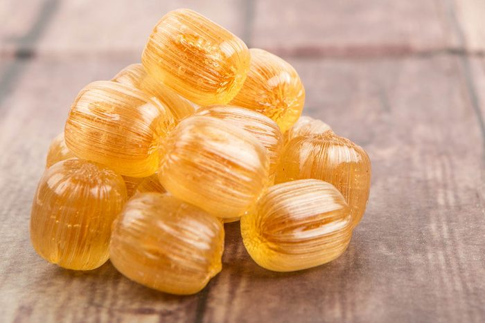 En cas de toux, des pastilles au miel peuvent vous soulager.