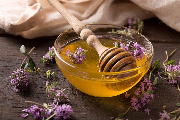 Pour soulager une toux, essayez un sirop à base de fleurs de marrube.