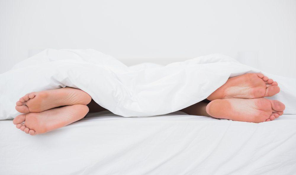 La position dos à dos éloignés est la position de sommeil la plus populaire chez les couples.