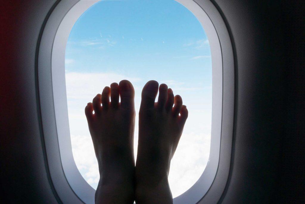 On recommande de ne jamais marcher nu pied dans un avion.