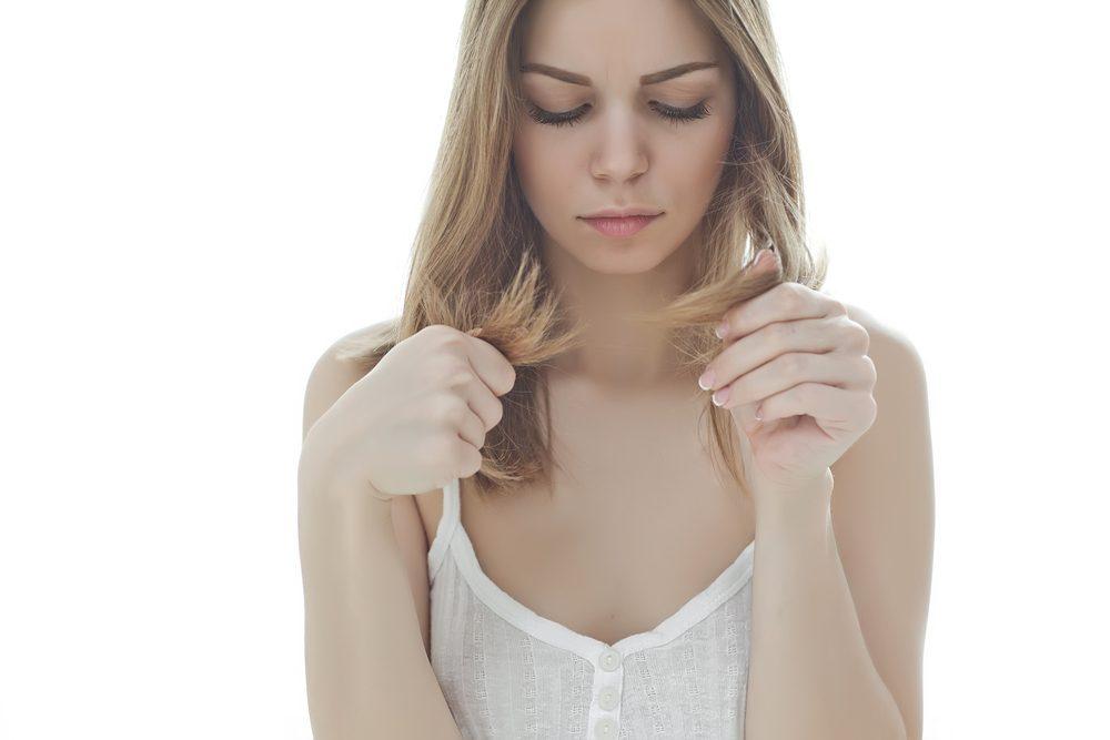 Pour remettre un peu de vie dans vos mèches tristes, commencez par nettoyer votre cuir chevelu et vos cheveux de toute accumulation excessive avec un shampoing spécialisé.