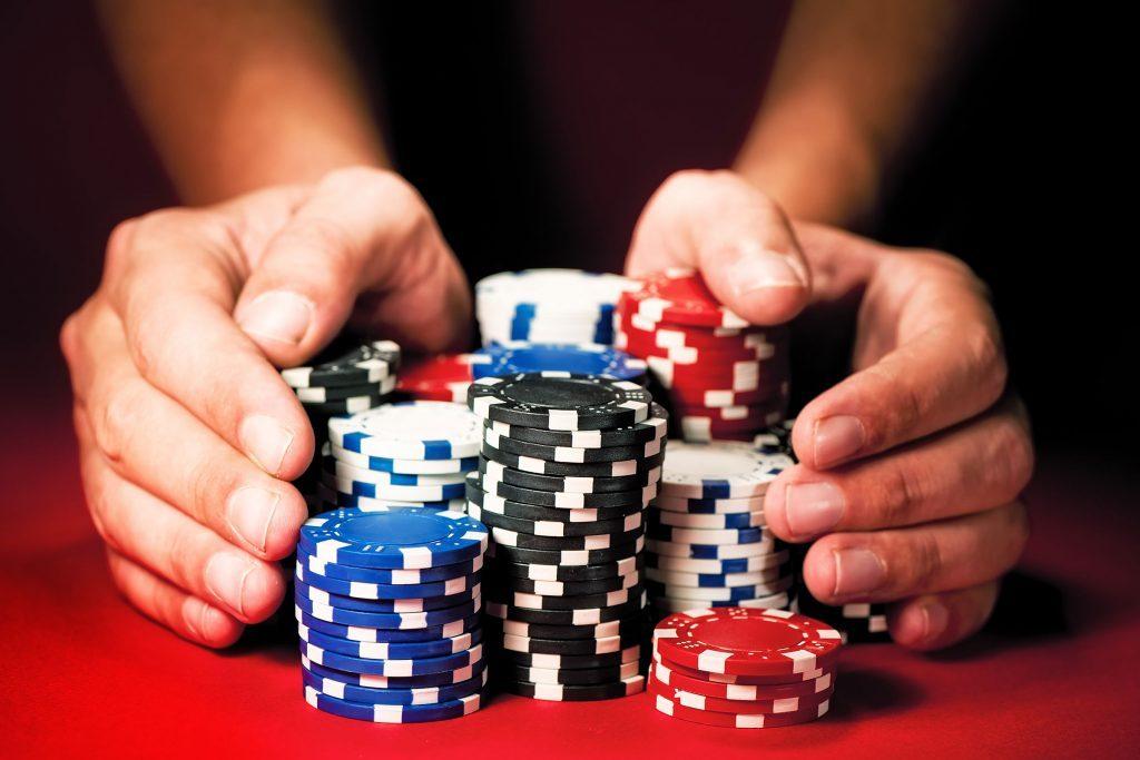 Les arnaqueurs commencent avec de petits montants puis augmentent progressivement les montants demandés.