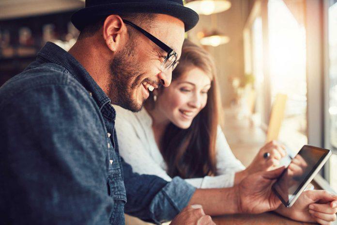 Sur les bateaux de croisières le prix du wifi est souvent élevé et la connexion très mauvaise, attendez d'être à terre et trouvez un café internet.