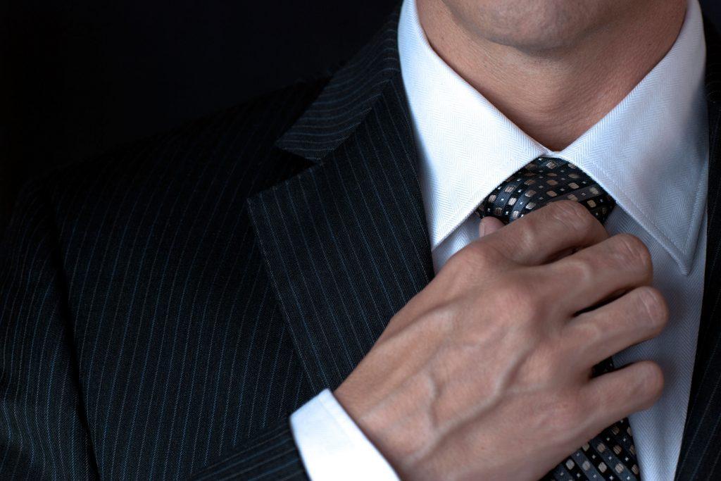 Les arnaqueurs vont choisir un personnage digne de confiance et vont se déguiser pour berner leur victime.