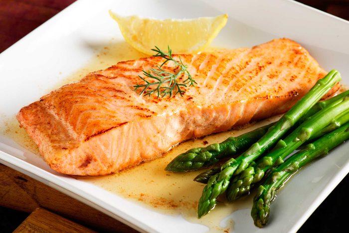 Les dermatologues conseillent de manger beaucoup de poisson et d'aliments riches en Oméga 3 pour protéger votre peau pendant l'hiver.