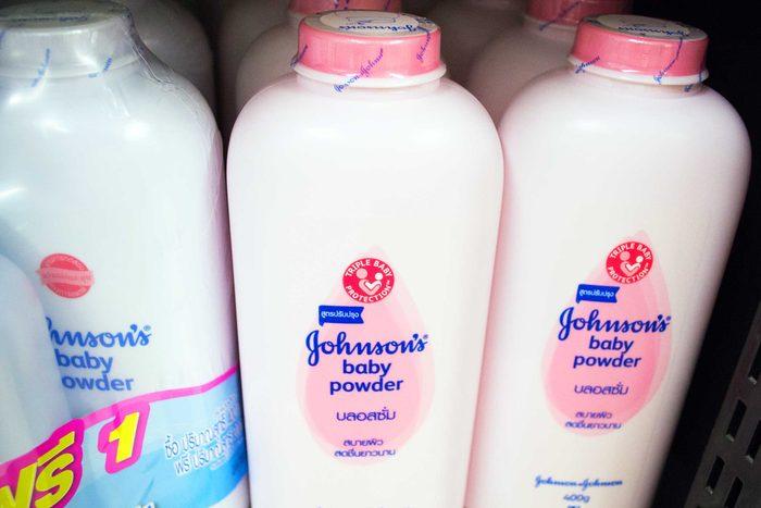 Si vous n'avez pas le temps de prendre une douche le matin, vous pouvez utiliser de la poudre à bébé sur vos cheveux pour les rendre moins gras.