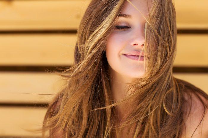 Si vos cheveux sont secs à cause du soleil, utilisez un shampoing nourrissant.