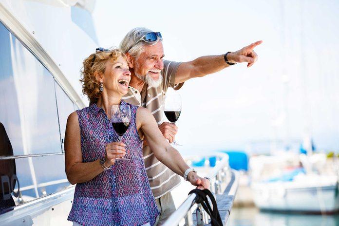 Les passager plus fortunés en classe de luxe bénéficient de plusieurs avantages sur le bateau de croisière.
