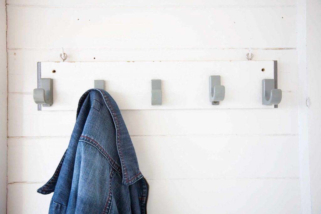 Apportez des crochets munis d'aimants peut vous aider à accrocher des vêtements dans votre cabine.