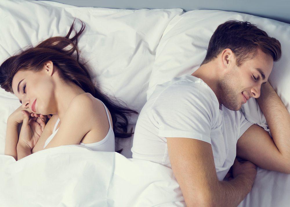 La position de sommeil dos à dos rapprochés signifie que le couple est à l'aise et détendu.