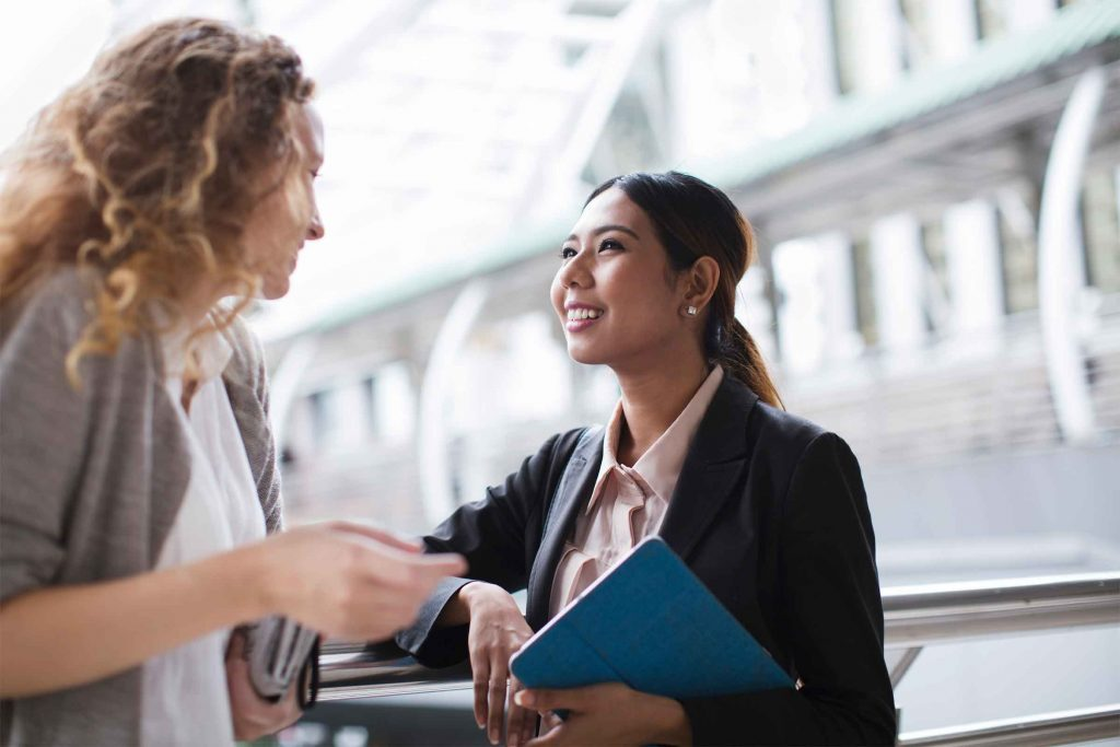 Les gens charismatiques s'intéressent aux opinions des autres et demandent conseils.