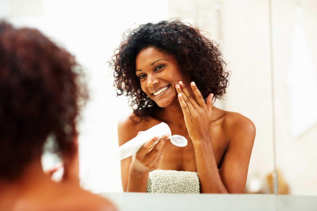 Les dermatologues recommandent d'hydrater votre peau matin et soir l'hiver.