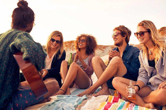 Les couples durables partagent des amis communs.