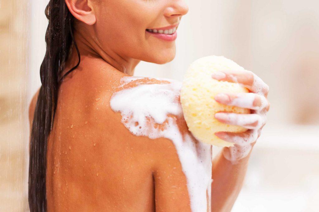 Les dermatologues recommandent d'hydrater votre peau en sortant du bain ou de la douche l'hiver.