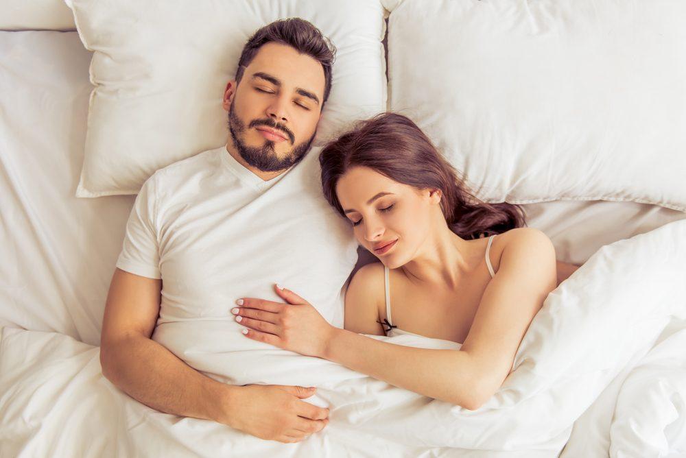 La position tête sur la poitrine est souvent adoptée par les nouveaux couples.