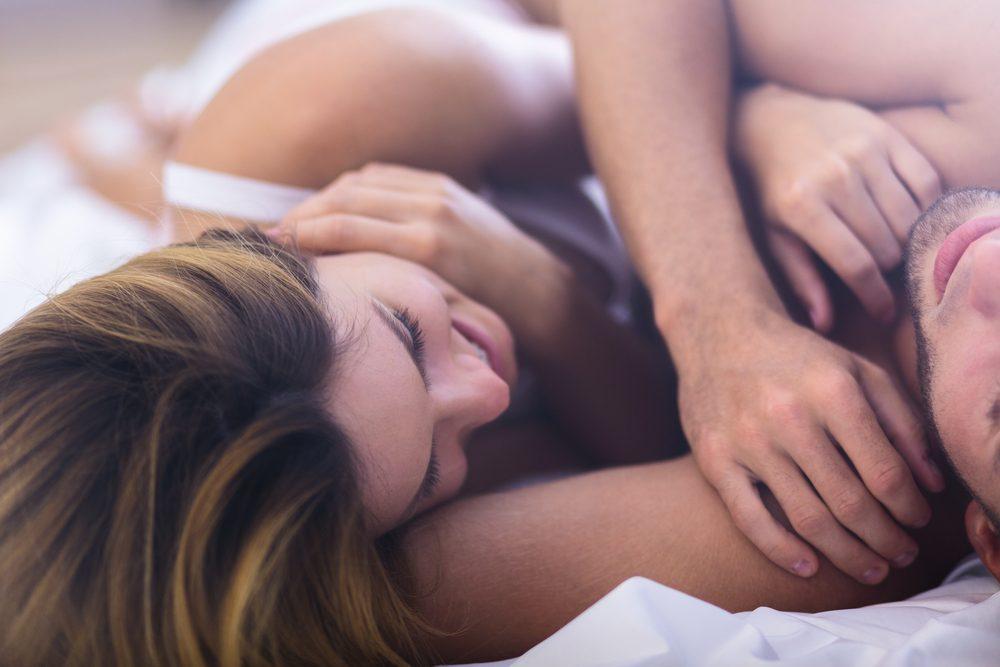 Les couples qui dorment toute la nuit entrelacés ont parfois des problèmes de dépendance.