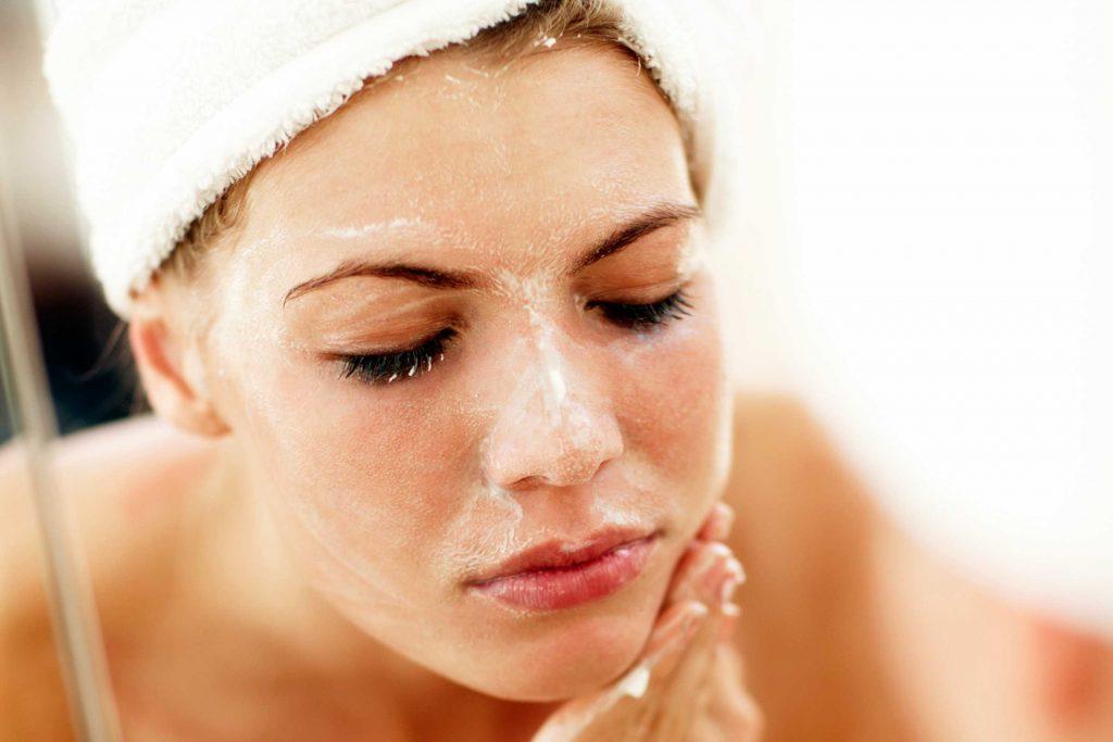 Si vous n'avez pas le temps de prendre une douche, utilisez un exfoliant pour rafraichir votre visage.