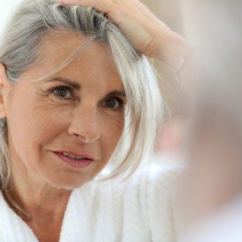 Cheveux gris: 13 choses qui vont arriver si vous arrêtez la coloration