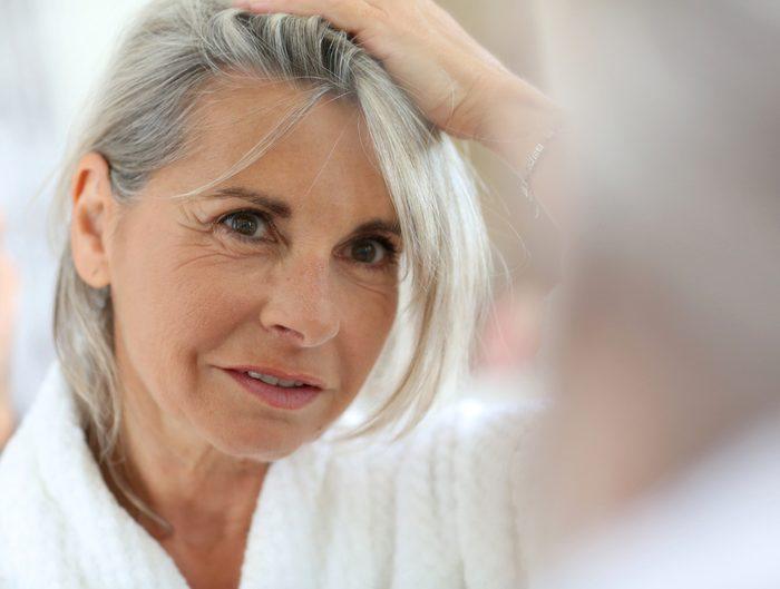 Lorsque vous déciderez de virer au gris, vous devrez peut-être prendre des suppléments capillaires.