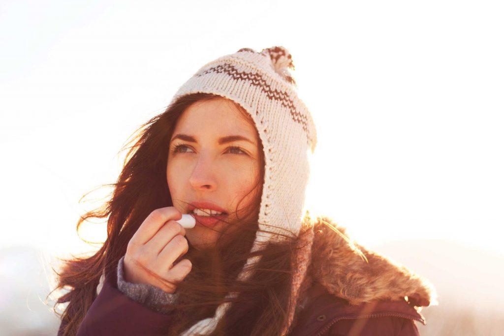 Les dermatologues recommandent d'utiliser un baume à lèvres l'hiver.