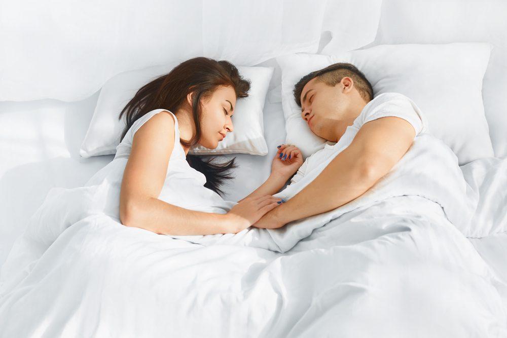 Dormir face à face est un signe d'un besoin d'intimité au sein d'un couple.